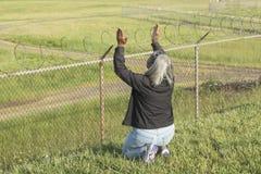 Η γυναίκα προσεύχεται και τα άσματα στον αερολιμένα αγνοούν στοκ φωτογραφία