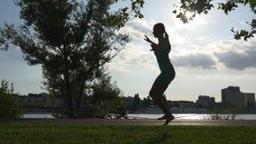 Η γυναίκα προσπαθεί να ισορροπήσει στο σχοινί φιλμ μικρού μήκους
