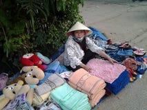 Η γυναίκα πωλεί τα πράγματα Στοκ Εικόνες