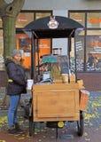 Η γυναίκα πωλεί τον καφέ υπαίθριο στη Μπρατισλάβα, Σλοβακία στοκ φωτογραφία με δικαίωμα ελεύθερης χρήσης