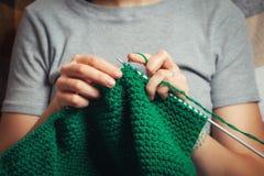 Η γυναίκα πλέκει ένα τσιγγελάκι Στοκ φωτογραφία με δικαίωμα ελεύθερης χρήσης