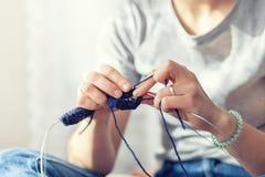 Η γυναίκα πλέκει με ένα πλέκοντας πουλόβερ Στοκ Φωτογραφία