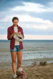 Η γυναίκα πλέκει με το πλέξιμο των βελόνων ένα γκρίζο πουλόβερ Στοκ Εικόνες