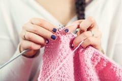 Η γυναίκα πλέκει τα μάλλινα ενδύματα Στοκ εικόνες με δικαίωμα ελεύθερης χρήσης
