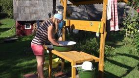 Η γυναίκα πλένει τα ενδύματα στο ναυπηγείο bowlin Καθημερινή στερεότυπη χώρα 4K απόθεμα βίντεο