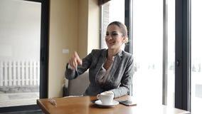 Η γυναίκα πληρώνει το λογαριασμό φιλμ μικρού μήκους