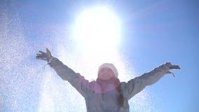 Η γυναίκα ρίχνει επάνω στο χιόνι απόθεμα βίντεο