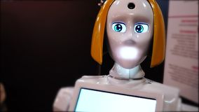 Η γυναίκα ρομπότ κινεί το κεφάλι της, πορτρέτο αρρενωπό απόθεμα βίντεο