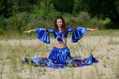 Η γυναίκα σε έναν χορό θέτει Στοκ εικόνα με δικαίωμα ελεύθερης χρήσης