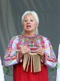 Η γυναίκα σε ένα εθνικό Mordovian φόρεμα Στοκ Φωτογραφίες