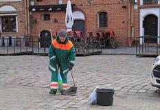 Η γυναίκα σε ομοιόμορφο απασχολείται σε υπαίθριο Στοκ φωτογραφία με δικαίωμα ελεύθερης χρήσης