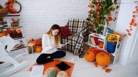 Η γυναίκα σπουδαστής που κάνει την εργασία στον υπολογιστή και διαβάζει τις πληροφορίες για να βρεθεί εγγράφων Στοκ φωτογραφία με δικαίωμα ελεύθερης χρήσης