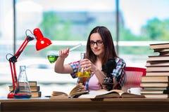 Η γυναίκα σπουδαστής που προετοιμάζεται για τους διαγωνισμούς χημείας Στοκ Εικόνες