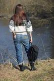 Η γυναίκα στέκεται κοντά στον ποταμό, μαλακό υπόβαθρο εστίασης Στοκ Εικόνες