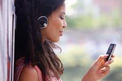 Η γυναίκα στα ακουστικά ακούει τη μουσική tui στοκ εικόνες