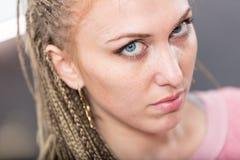 Η γυναίκα στα dreadlocks έντονα κοιτάζει Στοκ Εικόνες