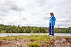 Η γυναίκα στην ακτή Στοκ φωτογραφία με δικαίωμα ελεύθερης χρήσης