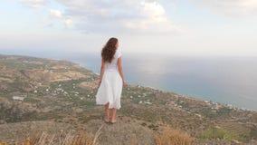 Η γυναίκα στην εξέταση του σημείου κοιτάζει στο πανόραμα θάλασσας, Κρήτη φιλμ μικρού μήκους