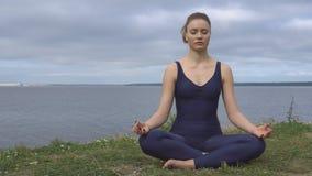 Η γυναίκα στην κλασσική γιόγκα θέτει, ενεργειακή συγκέντρωση απόθεμα βίντεο