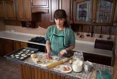 Η γυναίκα στην κουζίνα προετοιμάζει τα μπισκότα στοκ φωτογραφία με δικαίωμα ελεύθερης χρήσης