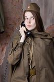 Η γυναίκα στη ρωσική στρατιωτική στολή μιλά στο τηλέφωνο Θηλυκός στρατιώτης κατά τη διάρκεια του δεύτερου παγκόσμιου πολέμου Στοκ φωτογραφίες με δικαίωμα ελεύθερης χρήσης