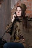Η γυναίκα στη ρωσική στρατιωτική στολή μιλά στο τηλέφωνο Θηλυκός στρατιώτης κατά τη διάρκεια του δεύτερου παγκόσμιου πολέμου Στοκ φωτογραφία με δικαίωμα ελεύθερης χρήσης