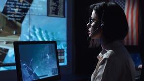 Η γυναίκα στον υπολογιστή ελέγχει κατά την πτήση το κέντρο απόθεμα βίντεο