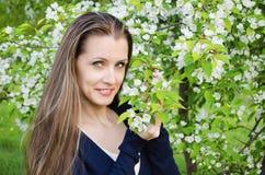 Η γυναίκα στο ανθίζοντας πάρκο Στοκ Φωτογραφίες