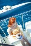 Η γυναίκα στο γιοτ στο υπόβαθρο του ωκεανού Στοκ Φωτογραφία