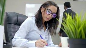 Η γυναίκα στο γραφείο σκέφτεται μια ιδέα σχετικά με το υπόβαθρο μιας επιχειρησιακής συνεδρίασης απόθεμα βίντεο