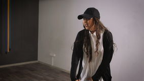 Η γυναίκα στο ελεύθερο χρόνο στο στούντιο παίρνει τα μαθήματα χορού ως χόμπι Απασχολείται στο χιπ-χοπ χορού μετακινήσεων για τα κ απόθεμα βίντεο