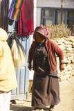 Η γυναίκα στο Θιβέτ κάνει το ύφασμα, Νεπάλ, το Νοέμβριο του 2017 Manang στοκ εικόνες με δικαίωμα ελεύθερης χρήσης