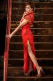 Η γυναίκα στο κινεζικό φόρεμα σε προκλητικό θέτει Στοκ εικόνες με δικαίωμα ελεύθερης χρήσης