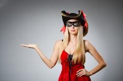 Η γυναίκα στο κοστούμι πειρατών - έννοια αποκριών στοκ φωτογραφία