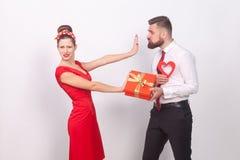 Η γυναίκα στο κόκκινο φόρεμα, φορά το παρόν και την αγάπη ανάγκης ` τ στοκ εικόνες με δικαίωμα ελεύθερης χρήσης