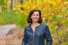 Η γυναίκα στο ξύλο φθινοπώρου Στοκ φωτογραφίες με δικαίωμα ελεύθερης χρήσης
