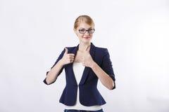 Η γυναίκα στο σκοτεινό σακάκι με τα γυαλιά φυλλομετρεί επάνω Στοκ φωτογραφία με δικαίωμα ελεύθερης χρήσης