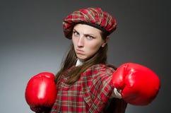 Η γυναίκα στο σκωτσέζικο ιματισμό στην έννοια εγκιβωτισμού Στοκ εικόνα με δικαίωμα ελεύθερης χρήσης