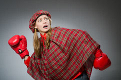 Η γυναίκα στο σκωτσέζικο ιματισμό στην έννοια εγκιβωτισμού Στοκ φωτογραφία με δικαίωμα ελεύθερης χρήσης
