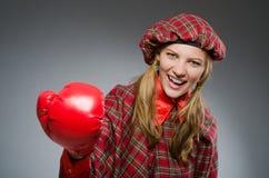 Η γυναίκα στο σκωτσέζικο ιματισμό στην έννοια εγκιβωτισμού Στοκ Φωτογραφίες