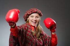 Η γυναίκα στο σκωτσέζικο ιματισμό στην έννοια εγκιβωτισμού Στοκ εικόνες με δικαίωμα ελεύθερης χρήσης