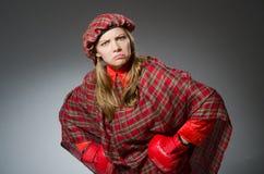Η γυναίκα στο σκωτσέζικο ιματισμό στην έννοια εγκιβωτισμού Στοκ φωτογραφίες με δικαίωμα ελεύθερης χρήσης