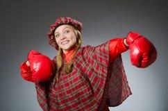 Η γυναίκα στο σκωτσέζικο ιματισμό στην έννοια εγκιβωτισμού Στοκ Φωτογραφία