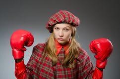 Η γυναίκα στο σκωτσέζικο ιματισμό Στοκ φωτογραφία με δικαίωμα ελεύθερης χρήσης