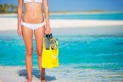 Η γυναίκα στο τροπικό νησί με κολυμπά με αναπνευτήρα εργαλείο στοκ εικόνες