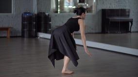 Η γυναίκα στο φόρεμα κάνει την ισορροπία στο πόδι της σε σε αργή κίνηση απόθεμα βίντεο