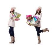 Η γυναίκα στο χειμερινό ιματισμό που κάνει τις αγορές Χριστουγέννων στοκ εικόνες