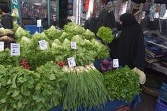 Η γυναίκα στο hijab αγοράζει τα λαχανικά στην αγορά Στοκ εικόνες με δικαίωμα ελεύθερης χρήσης