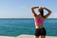 Η γυναίκα στο workout ντύνει τα τεντώματα στοκ φωτογραφίες