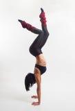 Η γυναίκα συμμετέχει στη γυμναστική Στοκ Φωτογραφία